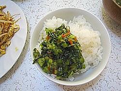 やまうの茎わさび野沢菜こんぶを白いご飯にかけて