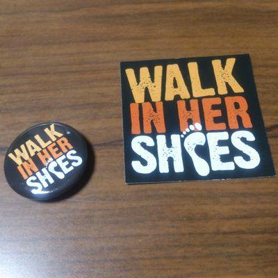 2,000円の参加費で送られてくるWalk in Her Shoesの缶バッヂとステッカー