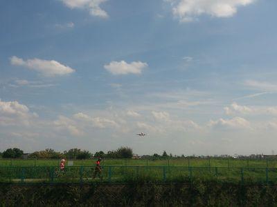 遠くに小さく見える飛行機