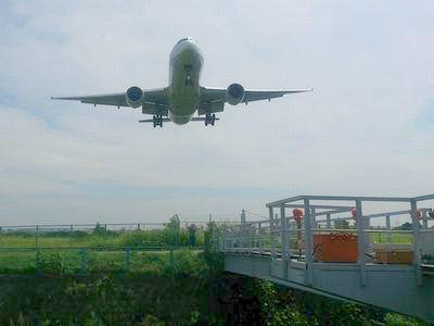 飛行機が頭の真上を通過